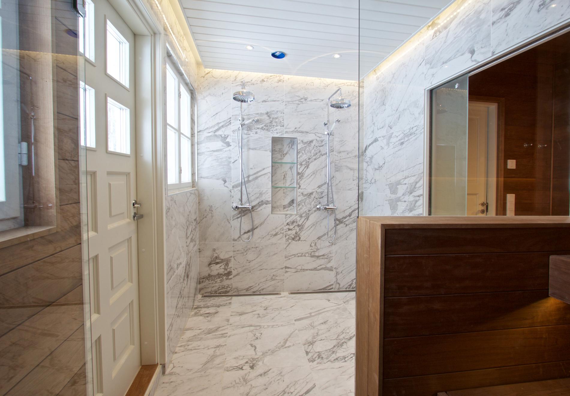 Marmorilaattainen kylpyhuone ja sauna