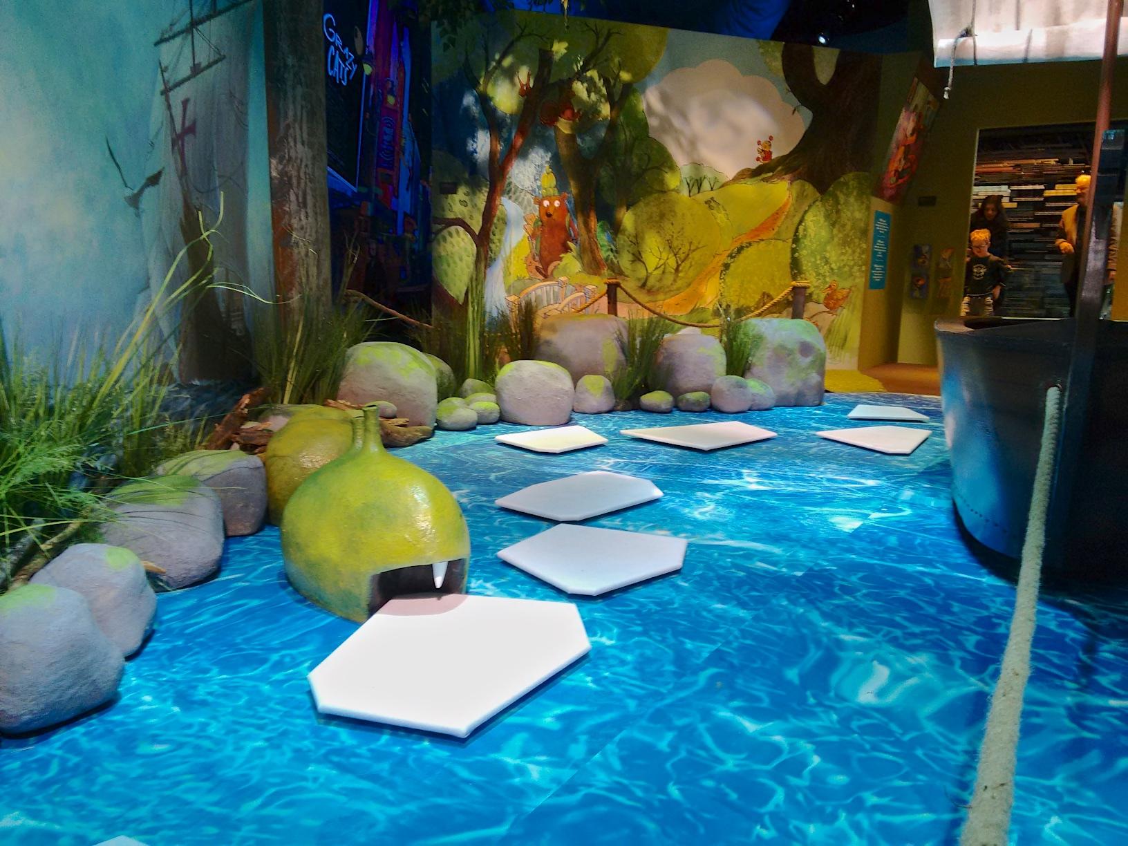"""""""Viisi ihmeellistä aarretta"""" näyttely. Jäälautat ja viikinkivene."""