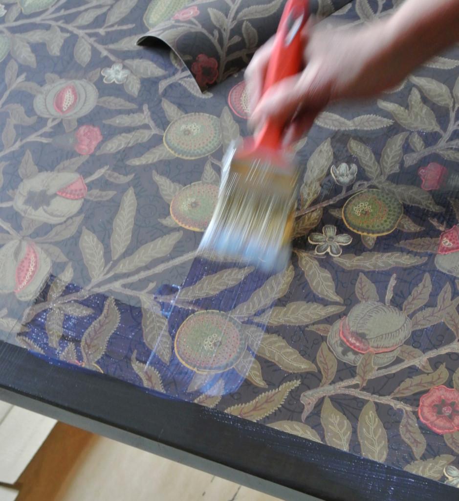 Ruokapöydän päällystys tapetilla. Valokuva LC