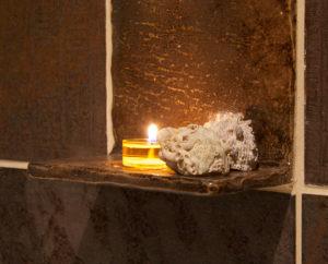 Itamainen kylpyhuone, kynttilälaatta. valokuva LC