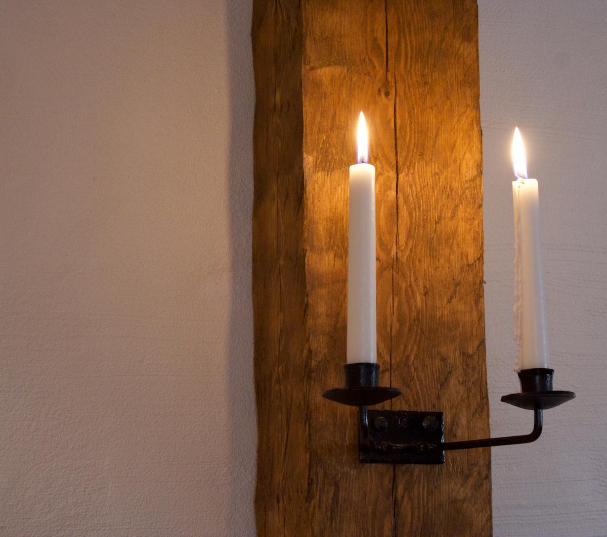 Kynttilänjalat pilarissa. Valokuva LC